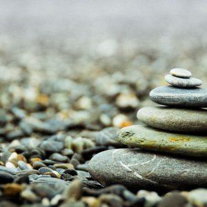 Nederlands Feng Shui Register - Gestapelde stenen op steen strand